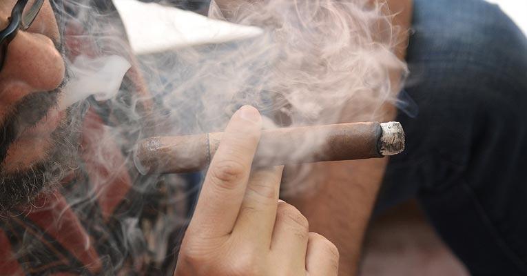 ¿Cómo eliminar olor a humo de tabaco en clubs de fumadores?