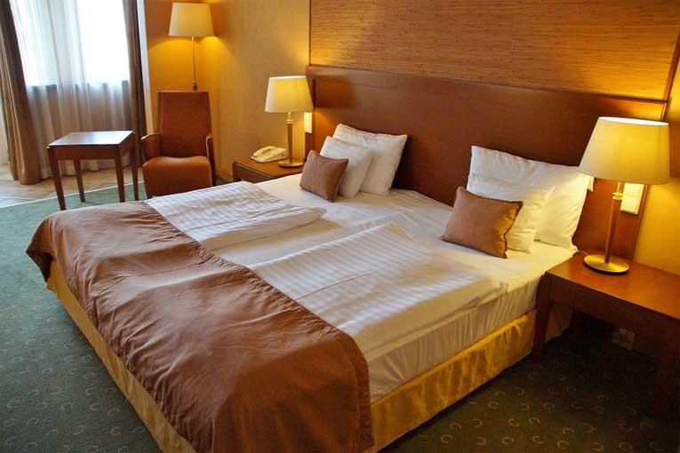 superficies más contaminantes en las habitaciones de un hotel